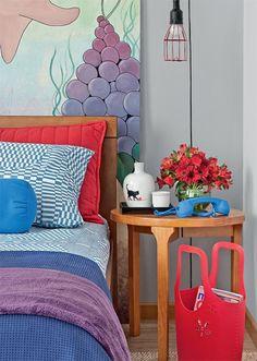"""""""Para que a decoração não puxasse tanto para o feminino, evitamos os tons pastel e os beges"""", explica a designer de interiores Cecília Guerra. As paredes foram tingidas de duas nuances de cinza (Azul Surreal e Campo Nevado, ambas da Coral), que dão um toque mais urbano."""