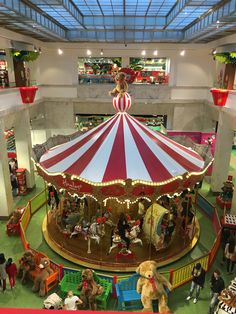 Hamleys_Prague_WOW, the second biggest toy store in the world!                                                                                                                                                                                 Mais