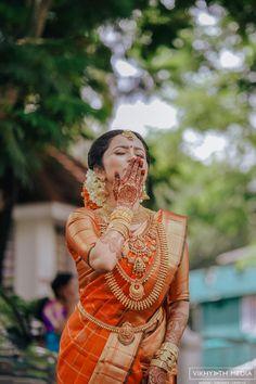 Kerala Hindu Bride, South Indian Wedding Saree, Bridal Hairstyle Indian Wedding, Indian Bridal Sarees, Indian Bridal Outfits, Indian Bridal Fashion, Wedding Sarees, Bridal Hairstyles, Bridal Dresses