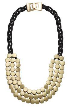 O maxi colar placas e couro deixará seu visual maravilhoso! Essa bijuteria  fina pode ser usada com roupas de diversas cores. Banhado a ouro, esse  acessório ... 9f2711a358