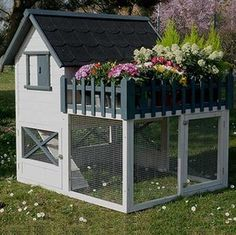 Chicken Coop - Poulailler Oregon avec terrasse - 3 4 poules Building a chicken coop does not have to be tricky nor does it have to set you back a ton of scratch. Cheap Chicken Coops, Chicken Barn, Diy Chicken Coop Plans, Best Chicken Coop, Chicken Coop Designs, Backyard Chicken Coops, Building A Chicken Coop, Chickens Backyard, Small Chicken Coops