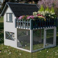 Poulailler en sapin avec toit en shingle pour accueillir 3 à 4 poules traditionnelles. Equipé d'une terrasse pour parterre de fleurs ou potager.