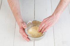 How-to banketbakkersroom stap 5 Camembert Cheese, Icing, Desserts, Foodies, Cupcake, Room, Bedroom, Deserts, Dessert