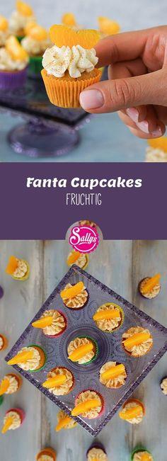 Diese fruchtigen Cupcakes bestehen aus einem Rührteig, welcher mit Fanta zubereitet wird. Die Creme besteht aus Schmand und Sahne und ist nicht zu süß. Die Mandarinenspalte verfeinert den Cupcake optisch und geschmacklich einwandfrei.