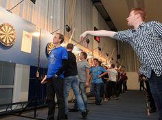Er vinden verschillende toernooien plaats voor iedereen, zoals darten