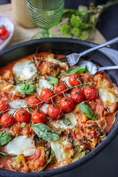 Bloemkoolcaprese - THE POWER LOFT / Claudia Van Avermaet Pureed Food Recipes, Healthy Crockpot Recipes, Healthy Dishes, Vegetarian Recipes, Healthy Eating, Healthy Vegetable Recipes, Healthy Food, Atkins, Tapas
