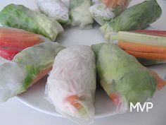 Receta de rollitos del vietnam veganos. Los rolls son a base de hojas de arroz que podemos rellenar con lo que más nos guste. Una opción asiática mucho más rápidos de preparar que el sushi.Quedan deliciosos con salsa de soja.