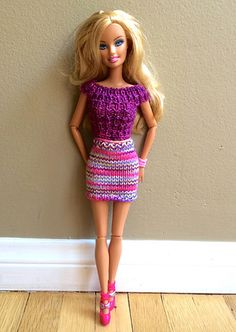 A broken rib top and short tube skirt for Barbie. Barbie Knitting Patterns, Knitting Dolls Clothes, Barbie Clothes Patterns, Crochet Barbie Clothes, Doll Clothes Barbie, Barbie Dress, Knitted Dolls, Clothing Patterns, Barbie Doll