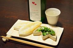 【笹かま】梅雨はあけたといえども、雷雨はげしい夏の空。仙台からのお客様よりいただいた、うれしい笹かまが酒卓に涼を運んでくれました。冷たいオクラも竹皿に盛って。お酒は、同じくいただきものの宮城は大崎・新澤醸造店の「ひと夏の恋」。うれしい宮城合わせの夜です。