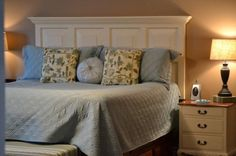 Old door turned headboard, how fabulous does this look!awesome old door turned headboard. Furniture Projects, Home Projects, Diy Furniture, Pallet Projects, Furniture Design, Crafty Projects, Upcycled Furniture, Office Furniture, Decoration Bedroom