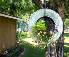 idée brico jardin - se faire une jardinière suspendue en pneu recyclé et repeint en blanc