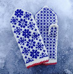 Happy New Year! Stay warm for the rest of the winter with these mittens. They feature stranded colourwork snowflakes that look more complicated to work than they really are. Knitted Mittens Pattern, Fair Isle Knitting Patterns, Crochet Mittens, Fingerless Mittens, Crochet Gloves, Knitting Stitches, Knitting Socks, Knitted Hats, Wrist Warmers