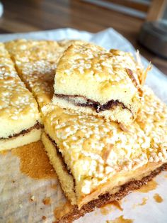 Hörni!Igår bakade jag en helt fantastisk kaka förstår ni. Gillar ni sockerkaka och kanelbullar kan jag lova att denna kommer vara magiskt god!Mamma och pappa smaskade förnöjsamt, Tony höll på att smälla av för den var så god. Helt klart bra betyg! RECEPT:4 ägg1 dl mjölk100 g rumsvarmt smör1,5 dl st Bagan, Cake Bites, Pan Dulce, Bun Recipe, Candy Cookies, Dessert Bars, No Bake Desserts, Cookie Recipes, Bakery