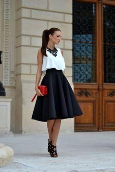 Puedes acompañar tu falda midi, con un toque pomposo, con un crop top.
