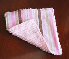 Baby Washcloth Tutorial chenille and flannel- I really need to get out my sewing machine and learn how to use it! Sewing Projects For Kids, Sewing For Kids, Sewing Ideas, Sewing Tips, Craft Projects, Easy Baby Blanket, Baby Blankets, Lap Blanket, Baby Weeks