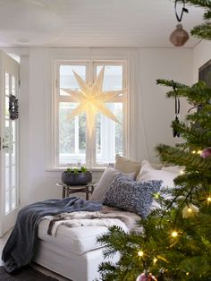 33 Popular White Christmas Bedroom Decor Ideas - Wake up to a room full of holiday cheer with the perfect Christmas Themed Bedroom. If you are far from being the old Grinch or Scrooge, than this is t. Swedish Christmas, Cozy Christmas, Scandinavian Christmas, Christmas Themes, Christmas Decorations, Pretty Christmas Trees, Beautiful Christmas, Gravity Home, Navidad Diy