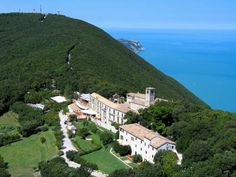 Hotel Monteconero Sirolo Hotel Monteconero is set in a former abbey on the summit of a promontory, in the heart of Conero Park. It offers a restaurant, a spa and a swimming pool with panoramic views.  All guest rooms come with free Wi-Fi, satellite TV and air conditioning.