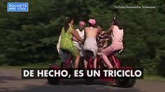 Solo uno de los pasajeros dirige y frena el triciclo.