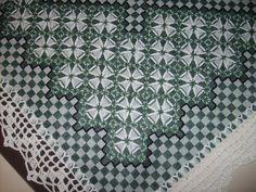 Toalha de mesa bordada em ponto xadrez medindo 70 x 70 com acabamento em croche. R$ 45,00