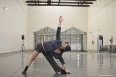 De Junior Company van Het Nationale #Ballet was 3 t/m 6 juni te zien op het #Lightness Festival van #Mediamatic Fabriek te Amsterdam. Overdag openbare repetities en in de avond een presentatie van het nieuwe werk. Foto door Tonnie van Gessel bij de choreographie van Ederson Rodrigues Xavier.