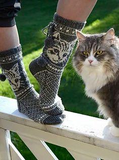 Kittycats / Kissimirrit pattern by Lumi Karmitsa Knitted Mittens Pattern, Knitted Cat, Sweater Knitting Patterns, Knit Mittens, Knitted Gloves, Knitting Socks, Baby Knitting, Knitting Daily, Felted Slippers