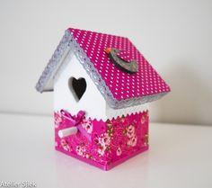 Vogelhuisje wit met fuchsia en klein vogeltje op het dak.  #vogelhuisje #kinderkamer