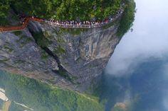 Si vous cherchez une bonne dose d'adrénaline, le pont en verre accolé à la falaise du mont Tianmen devrait vous plaire. Une escapade qui…