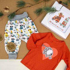 Ideales Weihnachtsgeschenk für Babys, die ins Krabbelalter kommen. Das Kleidungsset fördert auf spielerische Art und Weise die körperliche und geistige Gesundheit des Babys bzw. Kleinkindes. Die Geschenkebox wird dir, oder einer Person deiner Wahl, in einer süssen Geschenksbox mit personalisierbarer Grußkarte gesendet! Babys, Merry Christmas, Shirts, Crop Tops, Fashion, Animal Themes, Christmas Presents, Parents, Kawaii