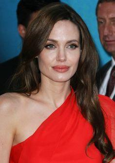 Angelina Jolie wears her hair in subtle curls Angelina Jolie Makeup, Angelina Jolie Pictures, Brad Pitt And Angelina Jolie, Angelina Joile, Le Jolie, Jolie Photo, Hair Weft, Brunette Hair, Celebrity Hairstyles