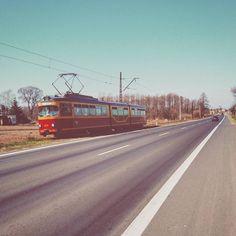 """Tramwaj """"wiejski"""" - linia 46  Tego to chyba nigdy nie ogarnę  We Wrocławiu kilka większych dzielnic od lat prosi się o linię tramwajową podczas gdy w aglomeracji łódzkiej skomunikowane z Łodzią są wszystkie ościenne miasta. Wyczytałem że linia tramwajowa nr 46 z Łodzi do Ozorkowa ma 30 km i jest niemal najdłuższa w Europie! Wygląda to dosyć zabawnie gdy 20 km za miastem między jedną a drugą wioską nagle pojawia się tramwaj…"""