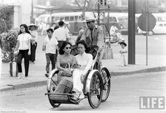 áo-dài-ngồi-xe-xich-lo-viet-nam-sai-gon-1961.jpg (1280×875)
