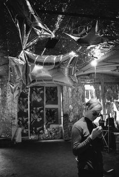 Factory: Cette tendance à réunir autour de soi une équipe de spécialistes naît dans les années 1960, avec la célèbre Fabrique d'Andy Warhol: un lieu aujourd'hui mythique où l'artiste produisait ses œuvres à l'aide de machines et où le processus de création classique a été remplacé par des procédés presque industriels.