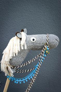 #stokpaard #sinterklaas #DIY Sinterklaas is in het land en dat vinden onze kindjes geweldig natuurlijk! Rijd de Sint en zijn pieten tegemoet met dit leuke stokpaardje! Maak een hindernissenparcours in huis en of je kind zijn slaapkamer nu een stal is of niet, dit decoratieve paardje vind zeker een mooi plaatsje in huis! Wat heb je nodig? Wollen … Sock Crafts, Horse Crafts, Sewing Crafts, Diy Crafts, Steam Art, Horse Birthday Parties, Stick Horses, Hobby Horse, Pony Party
