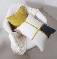 Coussins graphiques en lin jaune sur chaise Panton | Décoration ...