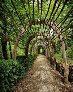The Garden of the marquesyssac, Perigord, dordogne. Garden Structures, Garden Paths, Garden Art, Rustic Gardens, Outdoor Gardens, Garden Arches, Dordogne, Aquaponics System, Parcs