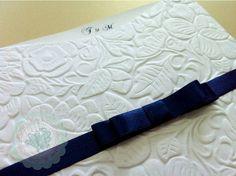 VALOR PARA 100 UNIDADES.    ENVELOPE: 20cm x 20cm em papel branco texturizado gramatura 230g  CARTÃO: papel branco gramatura 250g  AMARRAÇÃO: Fita cetim 15 mm na cor azul marinho com laço duplo chanel  IMPRESSÃO: digital  ESTÃO INCLUSOS:  - Embalagem em saquinho e adesivo bolinha para fechar (dourado, prateado ou transparente)  - Tag com nome de convidado  - Aplicação de 1 strass importado no papel. . (Pode escolher se deseja a aplicação no papel ou no laço Chanel). Para aplicação de mais um…
