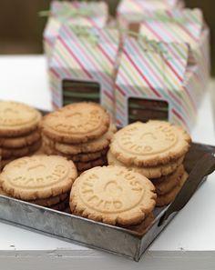 """Homemade Cookies - Selbst gemachte Gastgeschenke sind nach wie vor sehr beliebt, weil sie einfach ein sehr schönes und persönliches Detail sind. Für dieses Konzept entschieden wir uns für selbst gemachte Schokoladen- und Marzipan-Cookies, die mit einem Stempel den Aufdruck """"Just Married"""" erhalten."""