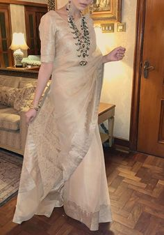 Stylish Sarees, Stylish Dresses, Fashion Dresses, Indian Outfits Modern, Indian Designer Outfits, Pakistani Formal Dresses, Pakistani Dress Design, Dress Indian Style, Indian Dresses