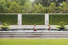 garden pool Never seen that type of structure for a hedge. Would this make it simple or more complex to keep in check The pool deck is fantastic. Outdoor Pool, Outdoor Spaces, Outdoor Living, Living Pool, Rivera, Charleston Homes, Deco Design, Wall Design, Design Design