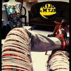 Dr Martens 1460 Vintage Tartan Made In England - Photo issue du Groupe Dr Martens 1 jour Dr Martens toujours : https://www.facebook.com/groups/drmartensforever #drmartenstoujours #drmartenstoujours #drmartens #drmartenstyle #docmartens #drmartensoriginal #tartan #red #jeans #jeanstroué #buste #art #superhero