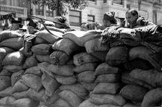 Un grupo de milicianas en una trinchera de la calle Colón, en Valencia, el 25 de julio de 1936  ARCHIVO ABC
