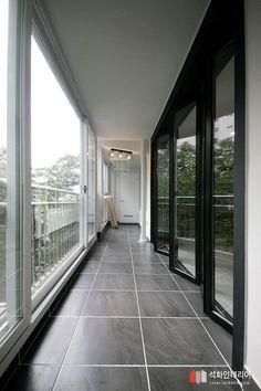 32평아파트인테리어 / 오래된아파트인테리어 / 아파트샤시교체 / 샤시교체비용 학장반도보라타운아파트 부... Flat Interior Design, Luxury Interior, Interior Design Living Room, Interior Architecture, Rooftop Terrace Design, Balcony Design, Hallway Colours, Small Balcony Decor, Apartment Balcony Decorating