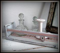 Ein kleines Wandregal im Shabby Chic für kleine Dinge.  In diesem Regal können Gewürze oder kleine Dosen, Kistchen oder, oder oder .... aufbewahr...