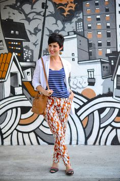 Blazer branco com a manga puxadinha Regata listrada azul e branco Calça estampada branca e laranja Bolsa caramelo