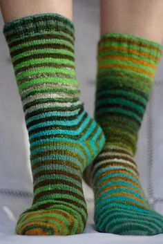 Ravelry is a community site, an organizational tool, and a yarn & pattern database for knitters and crocheters. Loom Knitting Patterns, Knitting Stitches, Knitting Socks, Knitting Projects, Hand Knitting, Knitting Tutorials, Hat Patterns, Stitch Patterns, Foot Warmers
