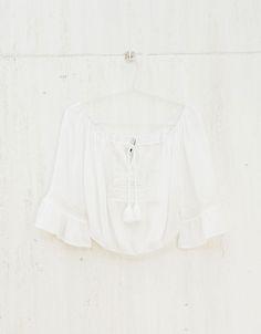 Blusa BSK folho e detalhe peito. Descubra esta e muitas outras roupas na Bershka com novos artigos cada semana