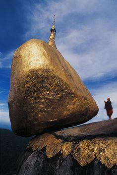 Золотой камень  Выглядит не очень надежно, не так ли? Прямо как вот этот балансирующий масляный камень. Кажется, что этот огромный гранитный валун вот-вот скатится вниз и скроется где-то среди бескрай…