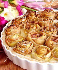Elmalı Turta Hamuru için 125 gr tereyağı Pudra şekeri 1 yumurta 1 paket vanilya 1 tatlı kaşığı portakal kabuğu rendesi 100 gr ince öğütülmüş badem 150 gr un
