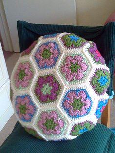 Crochet Ball, Crochet Home, Love Crochet, Crochet Gifts, Beautiful Crochet, Knit Crochet, Crochet Cushions, Crochet Pillow, Crochet African Flowers