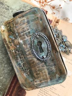 Hello friends… I hope you are well…I'm back today with a project I created for Tim Holtz Creativation This time it was for the Assemblage Booth. Blend Tool, Altered Tins, Glass Vials, Broken China, Distressed Painting, Walnut Stain, Vintage Pearls, Mark Making, Distress Ink